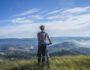 Kolarz podziwiający widoki w górach