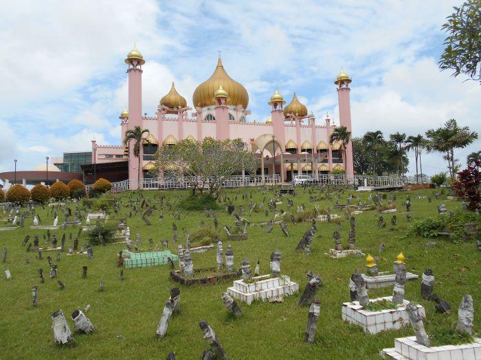 Cmentarz muzułmański przy meczecie w Kuching na Borneo