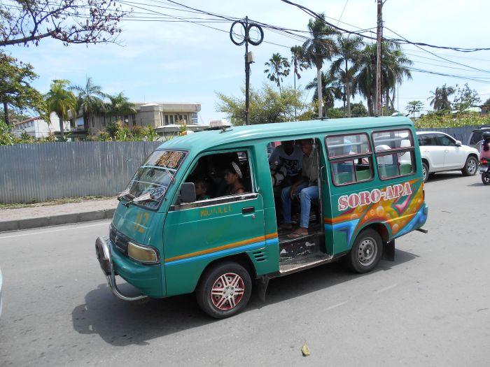 Kolorowe busiki podstawą transportu po Timorze