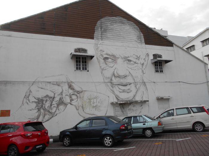 """Mural """"Stary wujek z filiżanką kawy"""" w Ipoh"""
