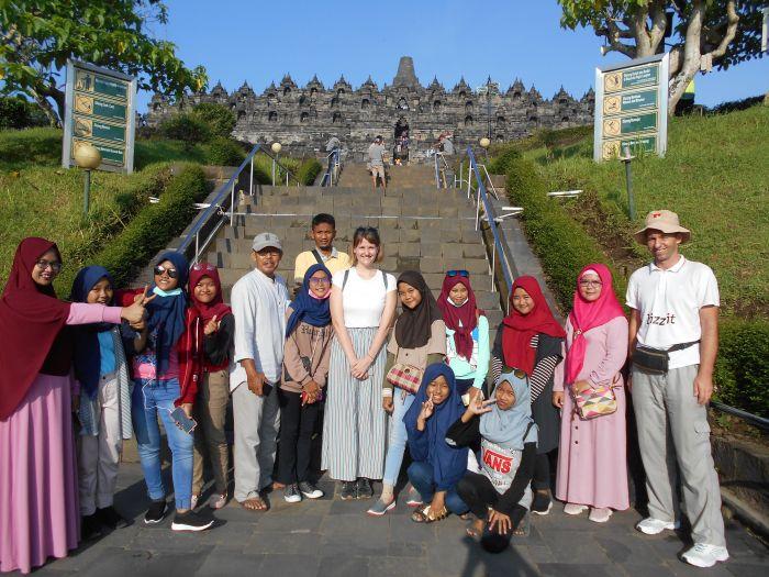 W indonezji wszyscy chcą mieć zdjęcia z białymi turystami