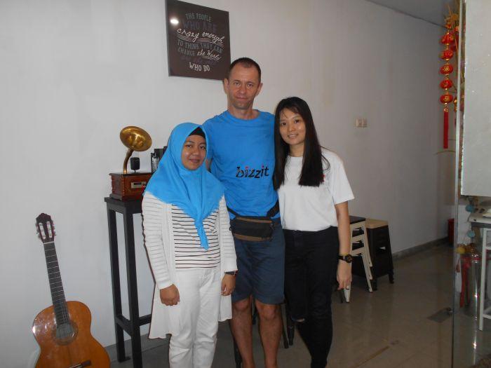 Sympatyczne i rezolutne recepcjonistki z hostelu w Pontianiak na Borneo