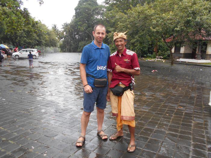 Ochroniarz świątynny na Bali w tradycyjnym ubraniu