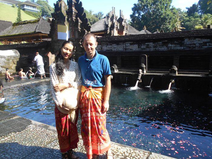 W kompleksie Gunang Kawi z turystką z Wietnamu