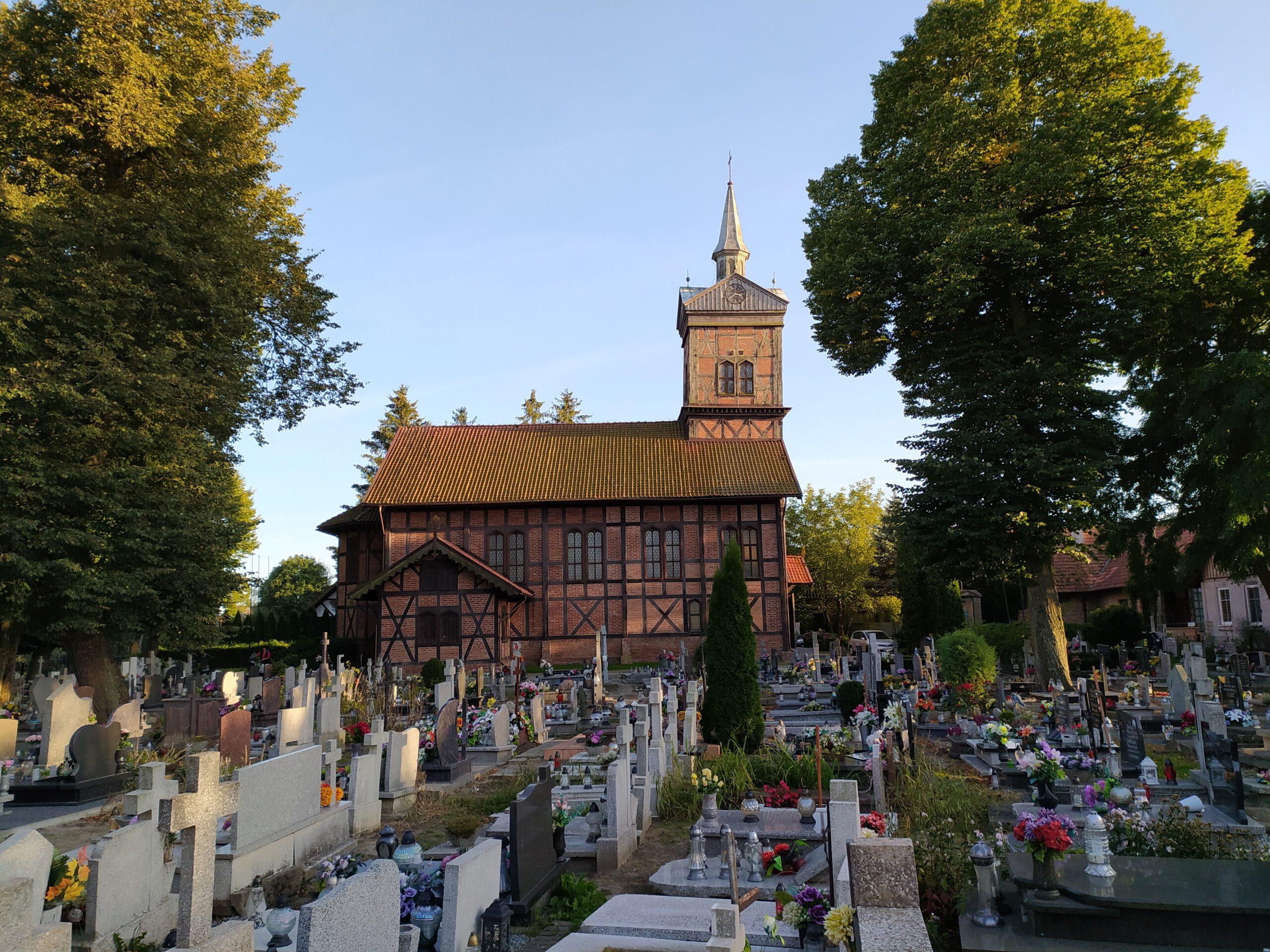 Kościół i cmentarz w Marzęcinie