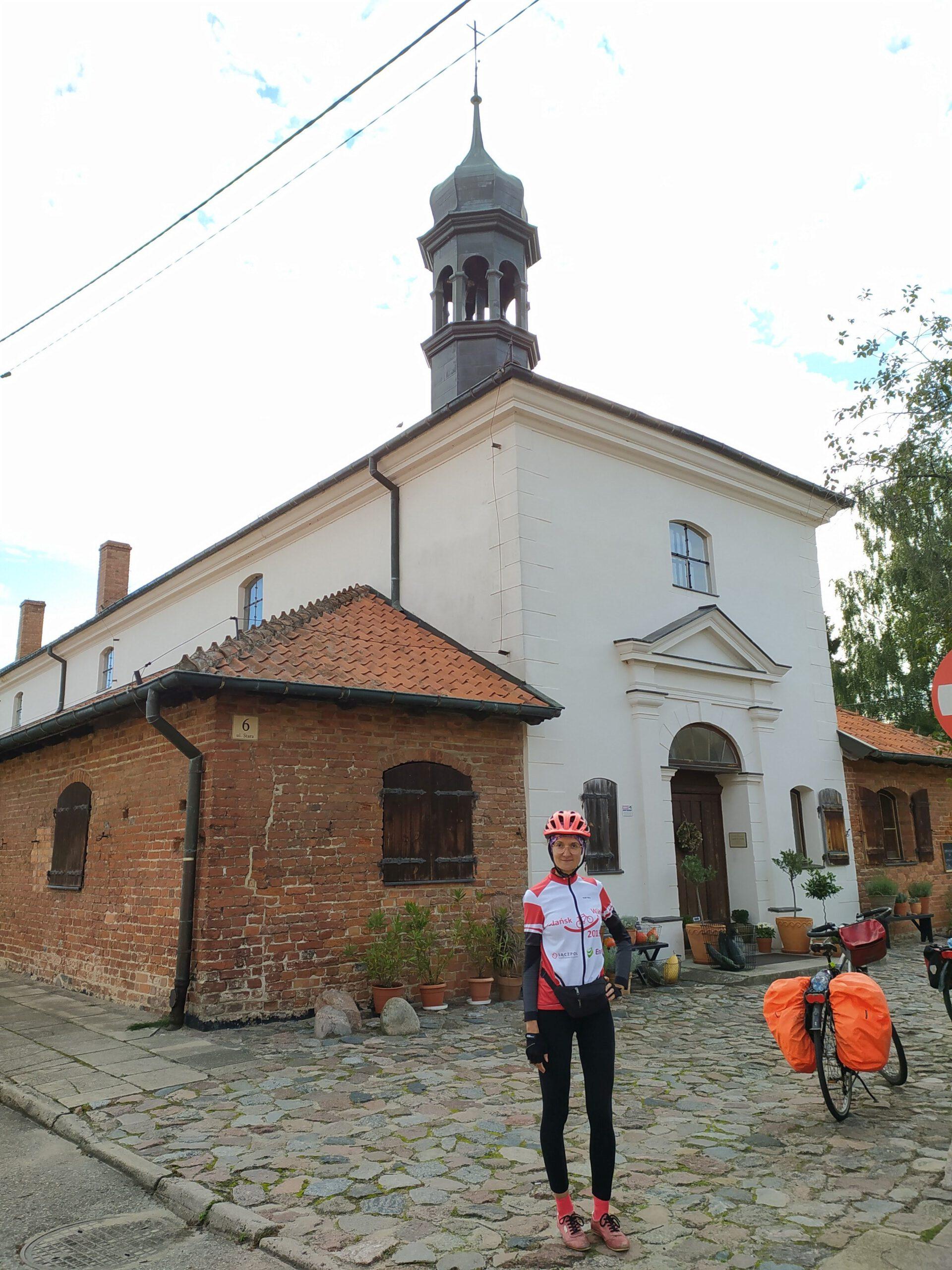 Przed średniowiecznym szpitalem we Fromborku